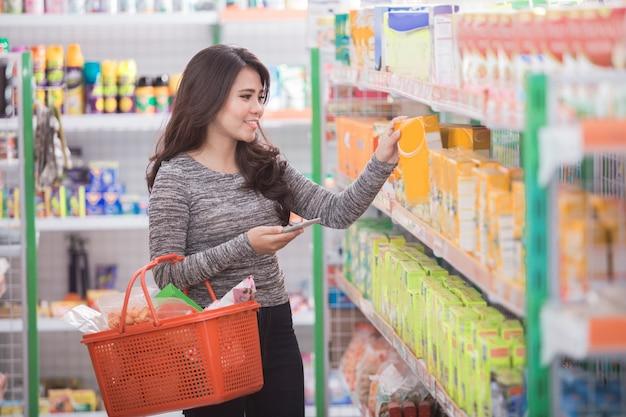 食料品店で買い物をする顧客