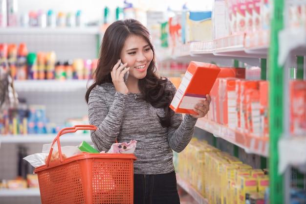 Покупатель покупает в продуктовом магазине