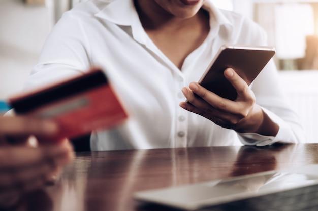 Клиентская онлайн-покупка по кредитной карте.