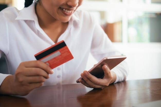 신용 카드로 온라인 쇼핑을하는 고객.