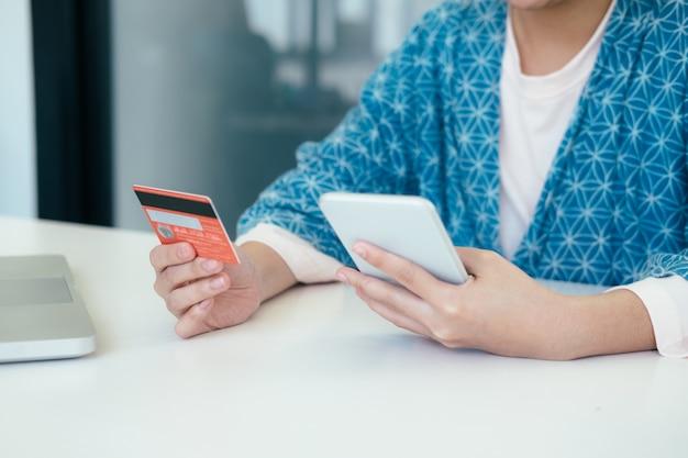 Покупки покупок онлайн оплачиваются кредитной картой.