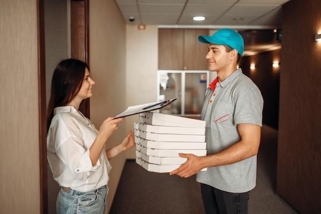 お客様はピザの配達人から注文を受けます
