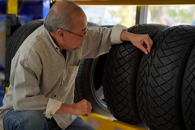 타이어를 구매하고 트레드 패턴을 고려하는 고객