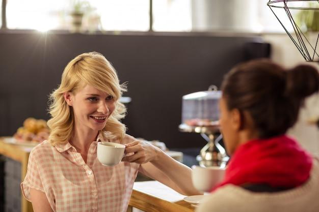 コーヒーを飲むお客様