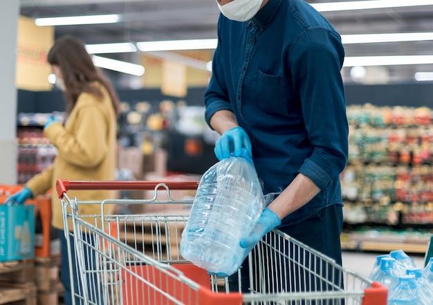 Покупатели совершают покупки, стоя на безопасном расстоянии.