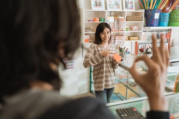 Покупатели, посещающие магазин канцелярских товаров, выбирают товары со знаком ок.