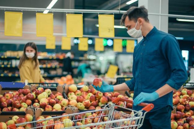 보호 마스크를 착용 한 고객은 격리 기간 동안 거리를 유지합니다. 공간의 사본이있는 사진