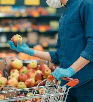 보호 마스크를 착용 한 고객은 격리 기간 동안 거리를 유지합니다.