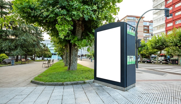 길거리 공원의 재활용 쓰레기통에 맞춤형 포스터