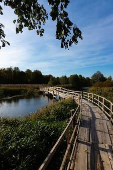 川を渡るカスタマイズされた自家製の歩道橋。秋の風景。