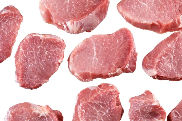 요리를 위해 신선한 고기 조각을 자릅니다. 외딴.