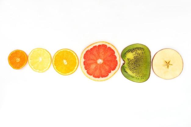 Разрезать разные фрукты, изолированные
