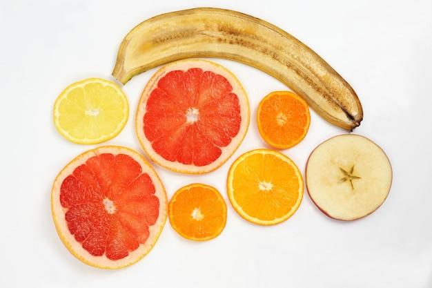 白い背景の上の果物を横切る