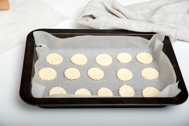 Нарезанное печенье кладем на противень для запекания. подготовить к выпечке. домашняя выпечка.