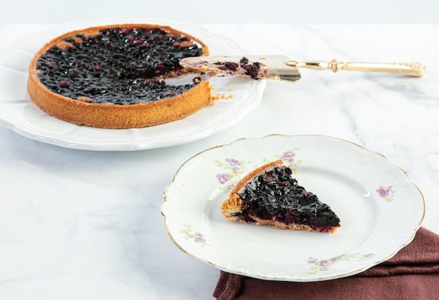 Черничный пирог нарезать ломтиком торта