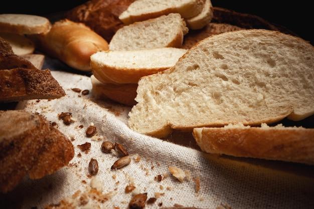 Разрезать ассортимент хлеба для фона крупным планом