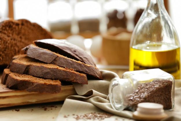 Разрезать хлеб, салфетку и банку с семенами на кухонном столе