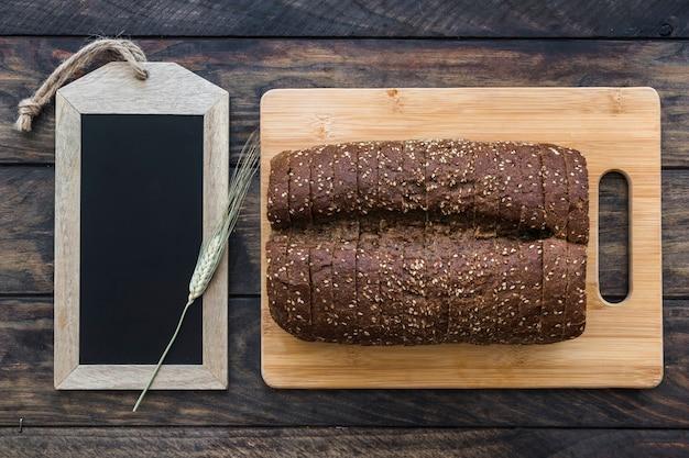 黒板の近くでパンを切る