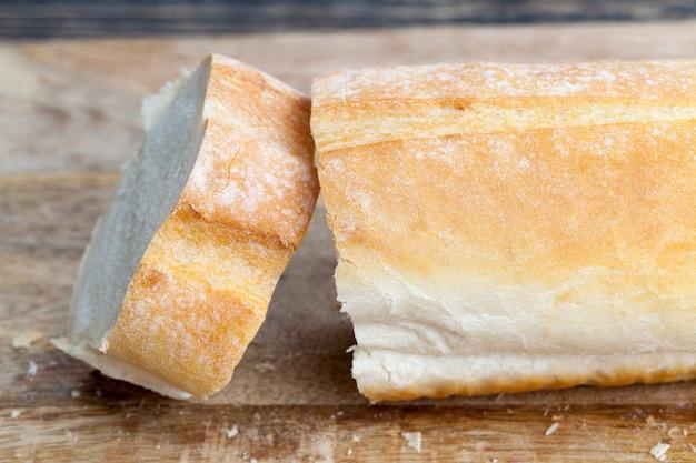 パンを切る