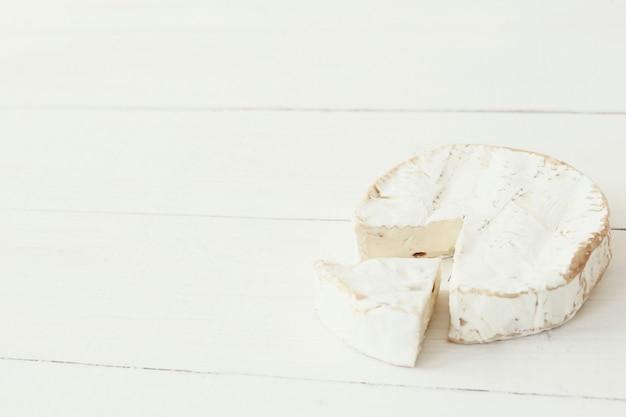 カマンベールチーズをカット