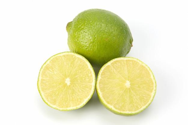 고립 된 녹색 레몬의 감귤류 과일을 잘라