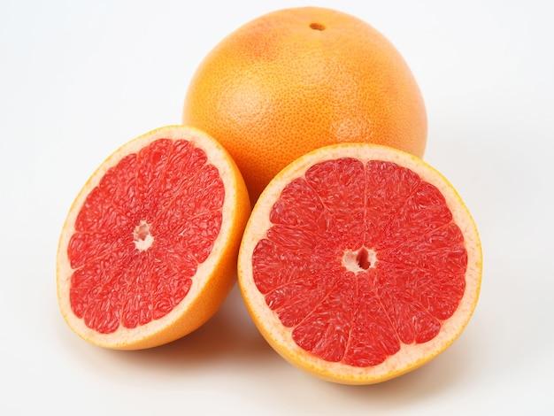 흰색 표면에 감귤 자몽 과일을 잘라