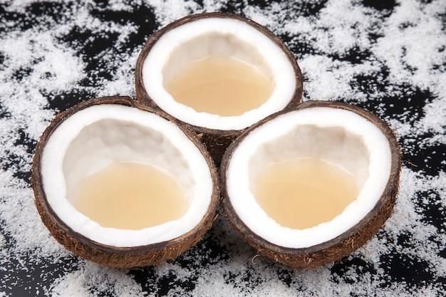 코코넛 플레이크 위에 진짜 코코넛 밀크로 신선한 코코넛을 자릅니다. 비타민 과일. 건강에 좋은 음식