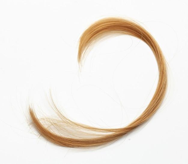 髪のカールをカットします