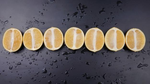 暗い背景にレモンを半分にカットします。シトラスフルーツ