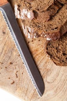 おいしい焼きたてのパン、黒ライ麦パンをいくつかに分けて細かく切る
