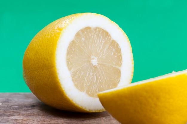 육즙이 많고 맛있는 신 노란색 레몬, 노란색 감귤류 과일, 맛있는 신 레몬 과일 근접 촬영으로 잘라