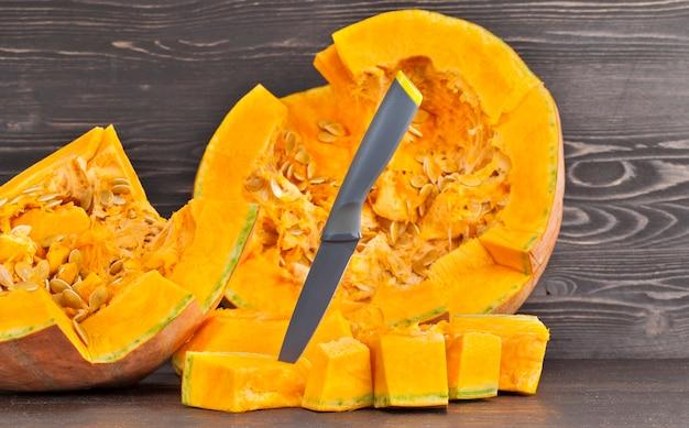 オレンジ色のカボチャの調理時間のクローズアップを細かく切る