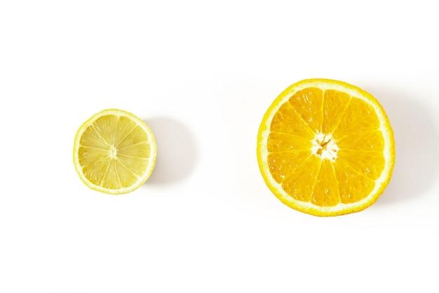 Разрезать лимон и апельсин на белом фоне, вид сверху