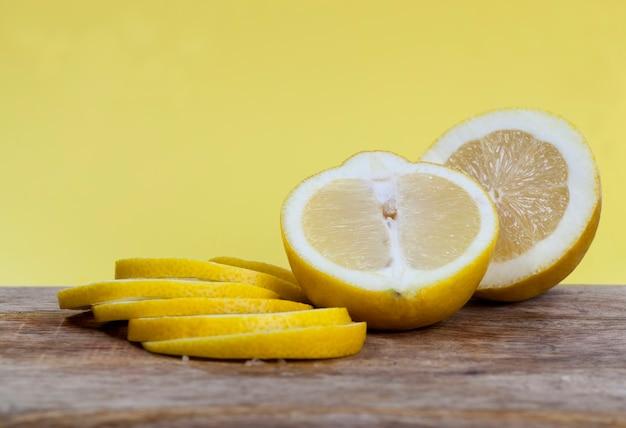レモンを切る