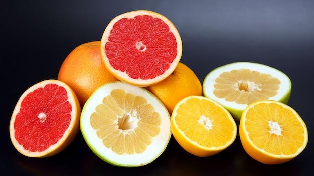 オレンジ、レモン、グレープフルーツを暗闇で切る