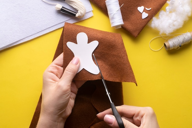 Cut out the details of the christmas gingerbread man from felt to the pattern. step-by-step manufacturing instructions. step 2.