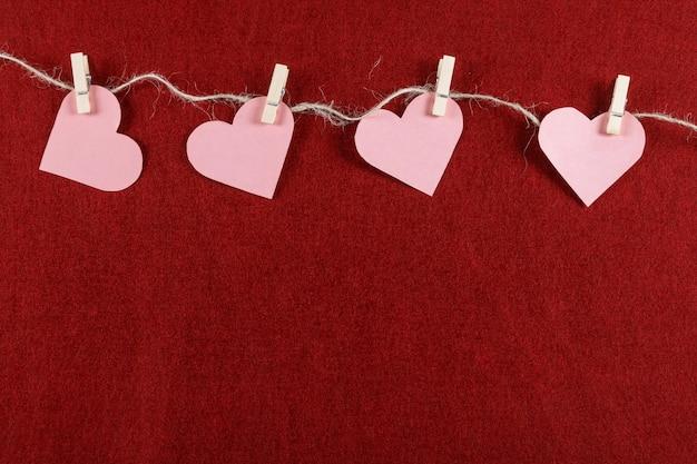 Вырезать сердца на веревке