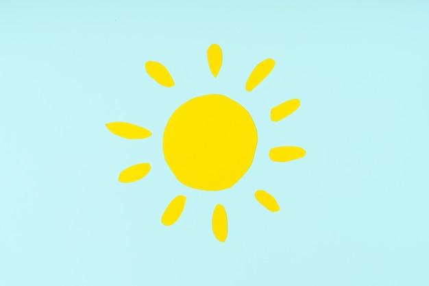 Вырезанные из цветной бумаги фигурки солнышка детские поделки для изучения природы или уроков экологии.