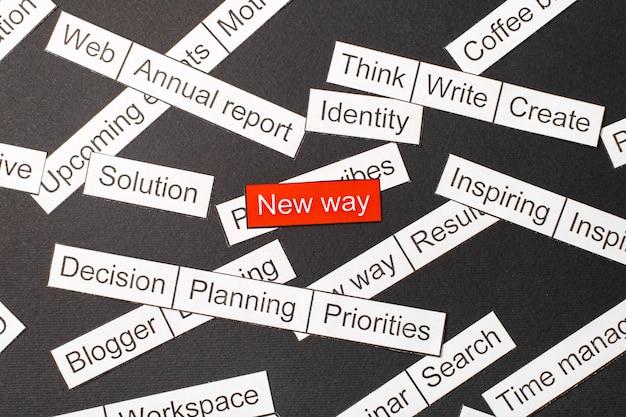 Вырежьте из бумаги надпись новым способом на красном фоне, в окружении других надписей на темном фоне. слово облако концепции.