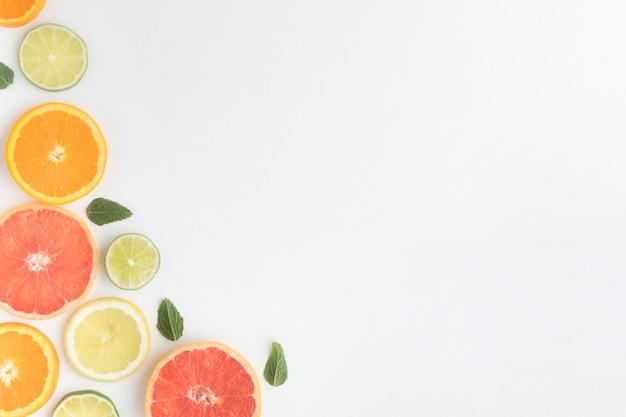 Cut pieces of citrus fruit copy space
