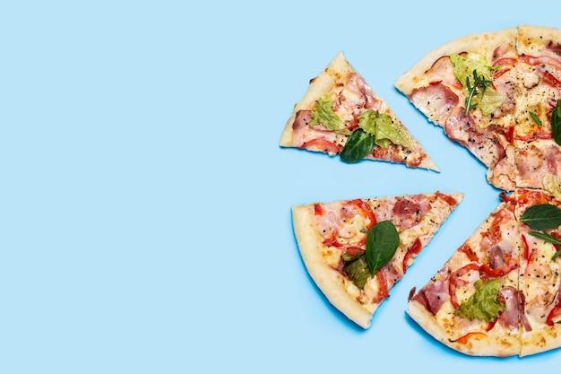 파란색에 뜨거운 신선한 피자를 잘라