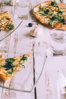 흰색 테이블에 피자를 잘라
