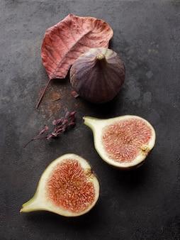 ザクロの果実を切り、葉を平らに置く