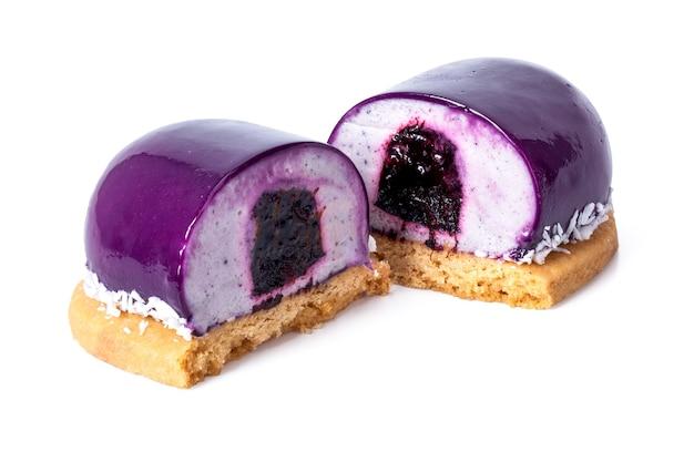 紫のデザートをココスとブルーベリージャムで切る