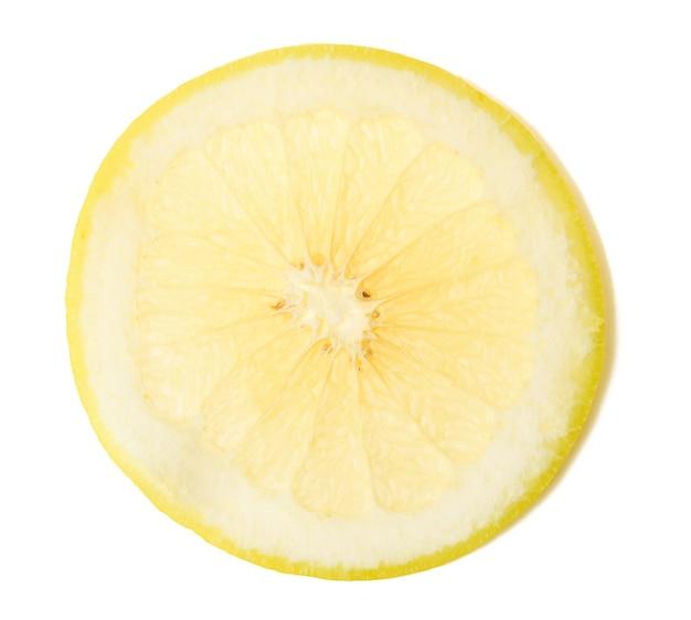 Разрезанный круглый кусок желтого лимона, изолированный на белой поверхности, вид сверху