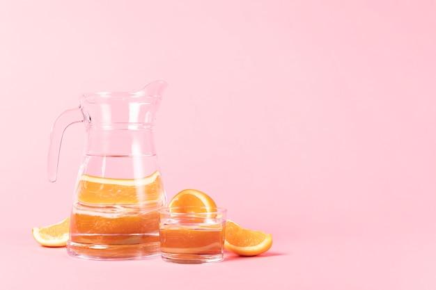 オレンジのスライスと水差しを切る