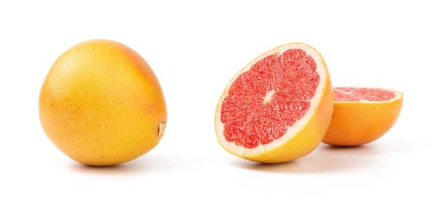 半分にカットし、グレープフルーツ全体を白で隔離