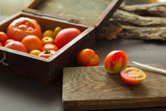木の板にトマトを切る