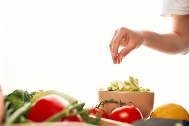 Нарезать овощи свежие продукты кухня ингредиенты здоровое питание