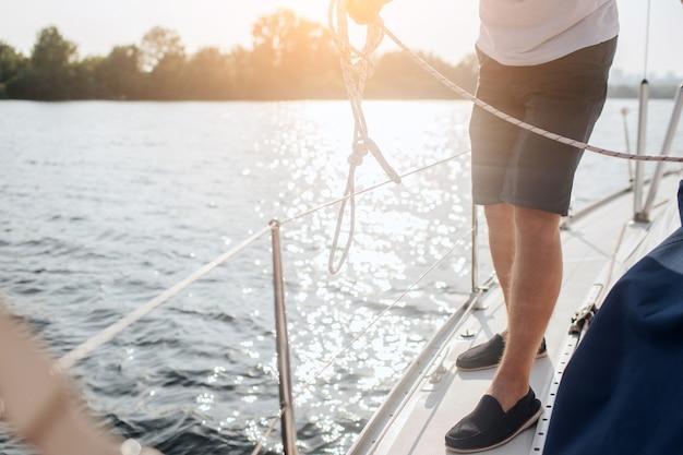 Вырезать вид человека, стоящего на яхте